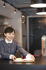 カフェの女性スタッフ