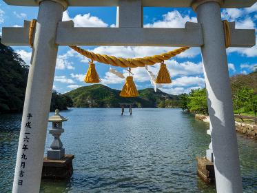 対馬 浅茅湾の海へと続く和多都美神社の鳥居 10月