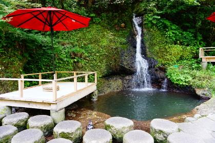 鶴仙渓の川床と不動滝