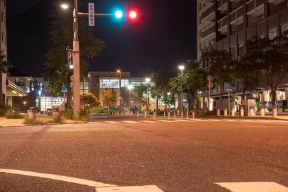 夜の地方都市の街角