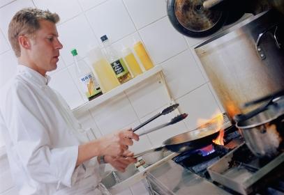 調理をする外国人のシェフ