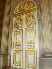 フランス・パリのヴェルサイユ宮殿にてバロック様式の豪華な扉