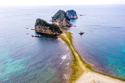堂ヶ島の瀬浜海岸・三四郎島 トンボロ現象(静岡県西伊豆町)