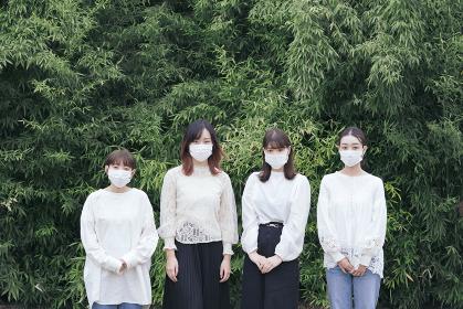 屋外でマスクを装着する日本人女性4人
