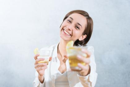 カクテルを手渡す女性(乾杯のイメージ)