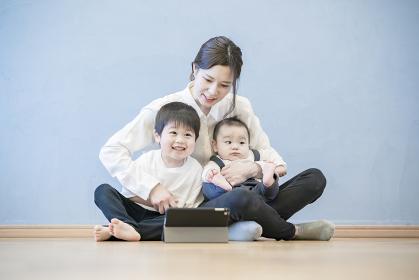 タブレットPCを使ってオンラインコミュニケーションを楽しむ親子