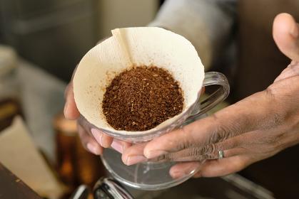 コーヒーの入れ方11:コーヒー豆を表面を平坦にする前