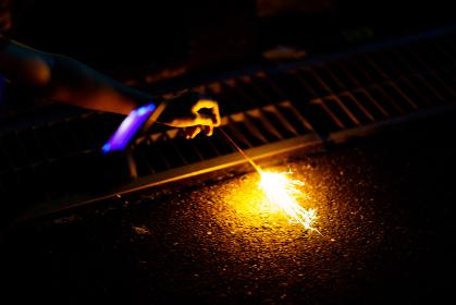 手持ち花火をスマホで撮影してシェア【夏・納涼イメージ,ウィズコロナの夏のレジャーのニューノーマル】