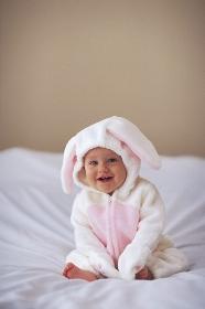 うさぎの着ぐるみの赤ちゃん