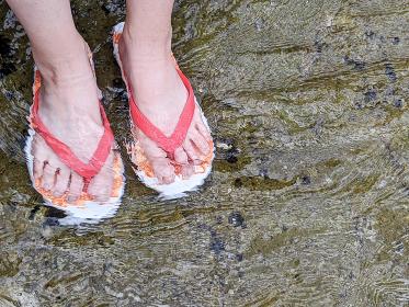 ビーチサンダルで水遊び