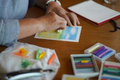 パステルで絵を描く女性