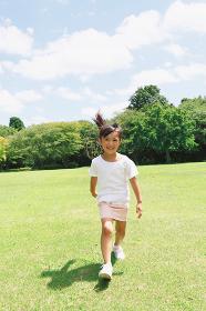 広場で走る女の子