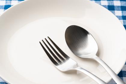 白いお皿とスプーンとフォーク