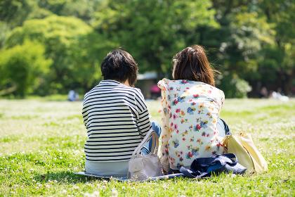 ピクニックを楽しむ2人の女性