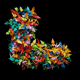 折り紙の鶴を集めて形作ったアルファベットのL