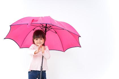 傘をさす子ども