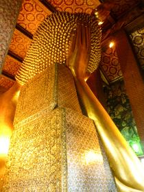 タイ・ワットポーにて横たわる巨大な黄金の涅槃仏の後ろ姿頭部