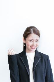 ガッツポースをする若い女性