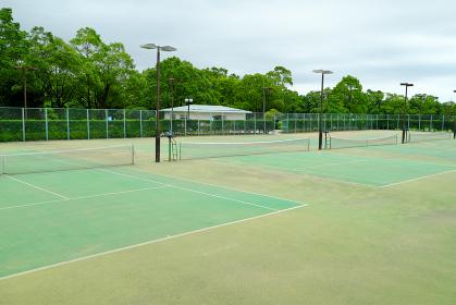 公園にある広いテニスコート