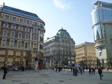 オーストリア・ウィーンにて賑わう市街地の中心地シュテファン広場