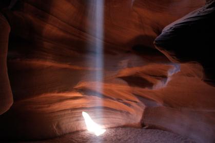 アメリカ・アリゾナ州のアンテロープキャニオンにて真上の地上から一筋の光が差し込むハイビーム現象