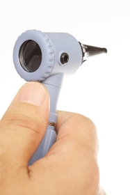耳鏡を持つ医者の手元