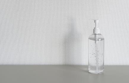 除菌ジェルを使う女性の手