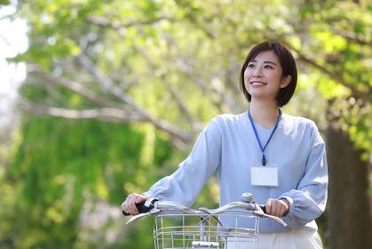自転車を押して歩く女性