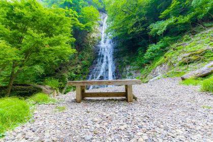 木製のベンチと丸神の滝