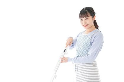 掃除機を使う若い女性