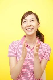 手をたたいて笑う女性