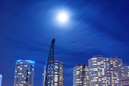 横浜のタワーマンション群と薄雲にぼんやり霞んだ満月