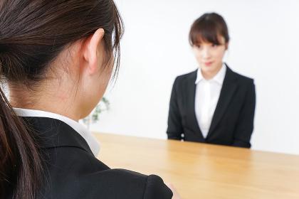 面接を受けるスーツ姿の女性