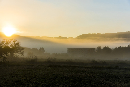 晩秋の朝霧に包まれた白馬村