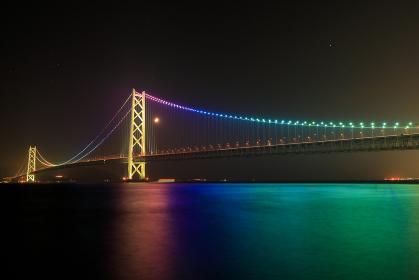 明石海峡大橋の虹色のライトアップ