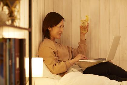PCでオンライン飲み会を楽しむ日本人女性