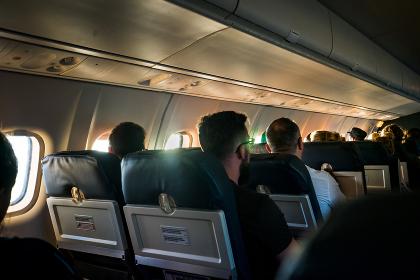 小型旅客機に乗る旅行客