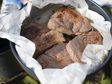 アウトドアで調理するBBQ和牛ステーキ 焼肉