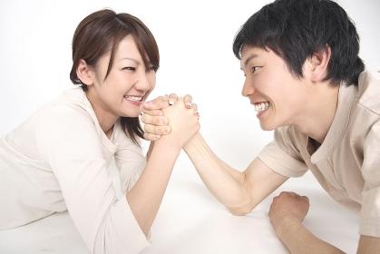 腕相撲をするカップル