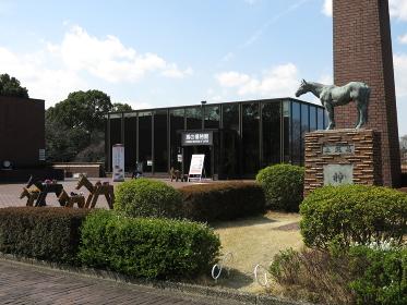 根岸競馬記念公苑にある馬の博物館とシンザン像