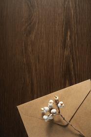 ナンキンハゼの実と封筒 5 縦位置