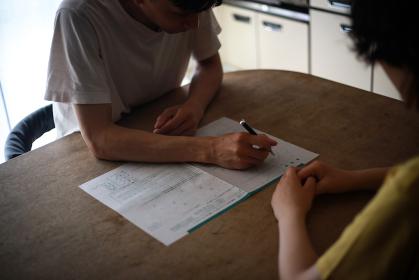 離婚届に記入する夫婦