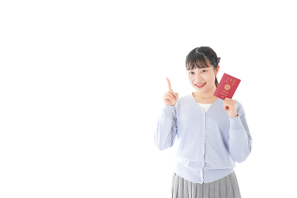 パスポートを持つ若い女性