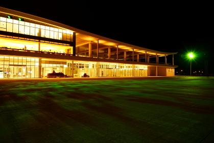 しい観光スポッ夜のト金沢港クルーズターミナルライトアップ緑模様