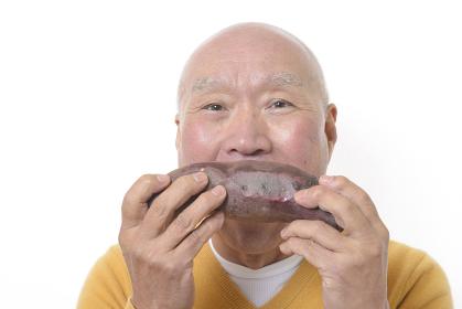 焼き芋を食べるシニア