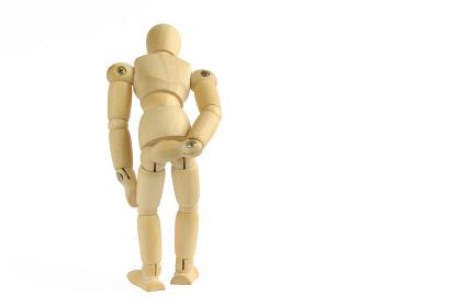 腰が痛いポーズをした後ろ向きの木製のモデル人形