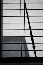 障子にかける竹刀のシルエット