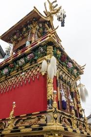 高山秋祭り、華麗な装飾の豊明臺を見上げる
