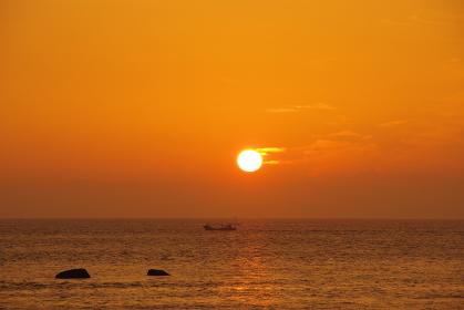朝日を浴びて有明海を走る船
