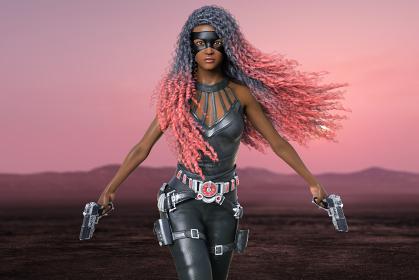 朝焼けのピンク色に染まる荒野を銃を両手に持ったパーマヘアの女性戦闘員が1人歩く